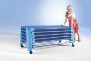 Transportwagen für stapelbares Kinderbett aus Kunststoff