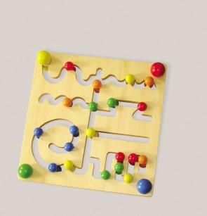 Labyrinth aus Holz mit farbigen Figuren