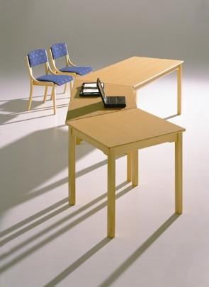 Trapeztisch mit Quadratprofilfüßen